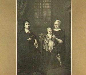 Familieportret met vader, moeder en kind aan tafel
