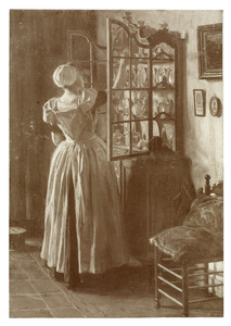 Vrouw in klederdracht in interieur
