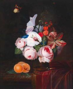 Stilleven met bloemen in een glazen vaas, met abrikozen en een vlinder