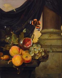 Stilleven met vruchten op een stenen tafel voor een zuil en een draperie