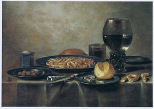 Stilleven met een roemer, brood en een bord garnalen