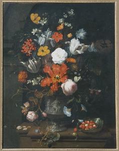 Boeket bloemen in een sculpturale vaas met een voorstelling van Venus en Amor op een marmeren blad