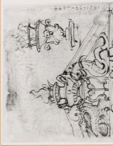 Door twee dolfijnen ondersteunde vaas met vlammen in een gebroken fronton, en variatie voor de vaas (heraldische emblemen van de familie Pazzi te Florence)