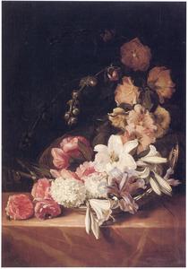 Bloemen in een mand op een marmeren plint