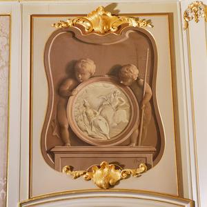 Medaillon met Apollo en Clytia geflankeerd door twee putti