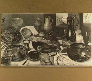 Stilleven met vlees, druiven en diverse schalen, glazen en kannen