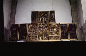 Het Laatste Avondmaal, de gevangenneming (binnenzijde linkerluk); Christus voor Pilatus (binnenzijde linker bovenluik); Het huwelijk van Maria en Jozef, de annunciatie, de geboorte, de aanbidding der Wijzen, de besnijdenis, de presentatie, de kruisdraging, de kruisiging, de bewening (middendeel); Christus verschijnt aan Maria (binnenzijde rechter bovenluik); De hemelvaart, pinksteren (binnenzijde rechter bovenluik)