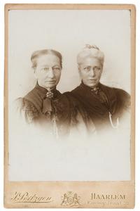 Portret van Susanna Everdina Johanna Bruijns (1826-1923) en Christiane Catharina Florentina Verster (1843-1920)