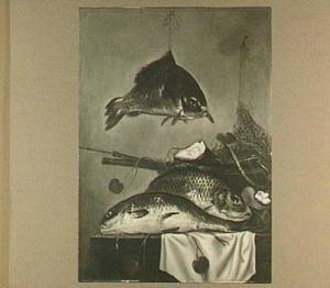 Visstilleven van drie karpers waarvan er één is opgehangen