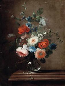 Bloemen in een glazen vaas op een plint