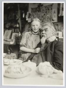 Jan Toorop met zijn kleindochtertje Annie Fernhout