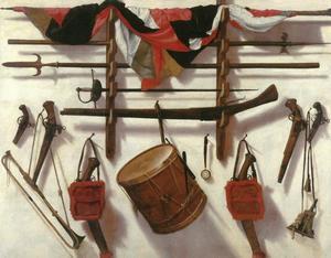 Trompe l'oeil met aan de wand hangende schietwapens, een vaande, militaire muziekinstrumentenl en ander krijgsparafernalia
