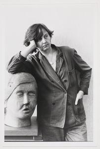 Zelfportret van Helena van der Kraan bij een beeldhouwwerk van Axel van der Kraan