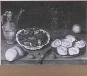 Stilleven met oesters, brood, wijnglazen en schaal met gedroogde vruchten