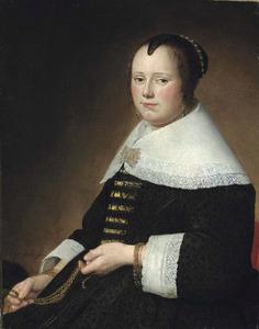 Portret van en vrouw in een zwart kostuum met goudbrokaat afgezet