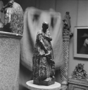 Het atelier van Antoine Bourdelle met een brons van een vrouw met een mand