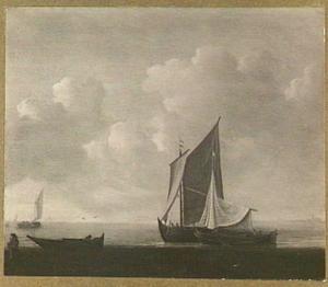Twee zeilschepen liggen voor anker in een windstilte met in de voorgrond twee vissers