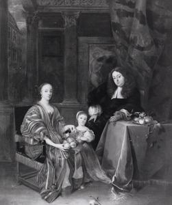 Familieportret van een echtpaar met hun dochter in een interieur