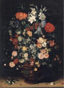 Bloemen in een terracottavaas met afbeeldingen van Amphitrite en Ceres