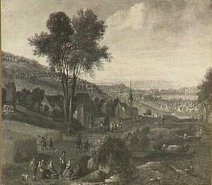 Landschap met dorp, hooiveld en rustende hooiers