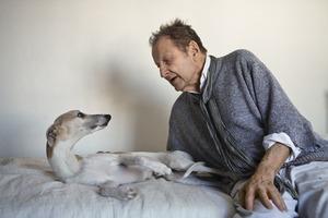 Kunstenaar Lucian Freud op zijn bed met hond Eli, 2008