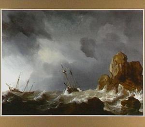 Schepen in moeilijkheden voor een rotsachtige kust