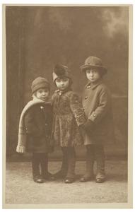 Portret van Maximiliaan Godfried Marie Adriaan van Heijst (1916-), Marie Anne van Heijst (1914) en Jan Baptist Gosewijn Gijsbert Marie Maximiliaan van Heijst (1913-)