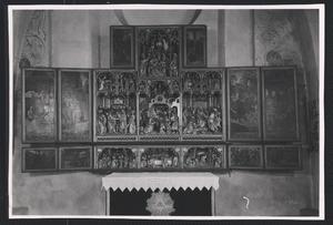 De geboorte van Maria, de tempelgang van Maria (binnenzijde linkerluik); Het huwelijk van Maria en Jozef, de aanbidding der herders, de aanbidding der Wijzen (midden); De vlucht naar Egypte, Christus' dispuut met de tempelgeleerden (binnenzijde rechterluik); De kruisdraging (binnenzijde linker bovenluik); De bewening (binnenzijde rechter bovenluik); De intrede in Jerusalem, de zuivering van de tempel (binnenzijde linker predellaluik); Chrisus wast de voeten van apostelen, het Laatste avondmaal, Christus in Gethsemane (predella); De gevangenneming, Christus voor Pilatus (binnenzijde rechter predellaluik)