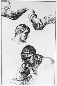 Jongeman zijn hoofd ondersteunend, kop van jongeman en in elkaar gevouwen handen