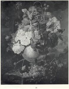 Stilleven van bloemen in een terracotta vaas en fruit op een marmeren blad voor een parklandschap