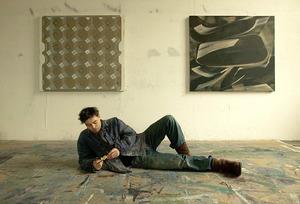 Robert Zandvliet liggend op de grond in zijn atelier