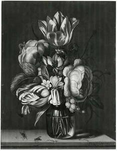 Tulpen, rozen en andere bloemen in een glazen vaas op een stenen plint