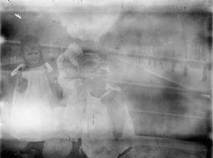 Drie jonge meisjes op een brug