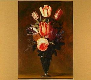Stilleven van tulpen en een roos in een glazen vaas