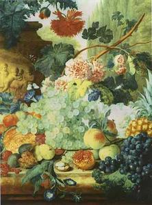 Stilleven van fruit en bloemen op een balustrade voor een parklandschap