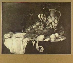 Stilleven met kreeft, vruchten en kruik op een tafel