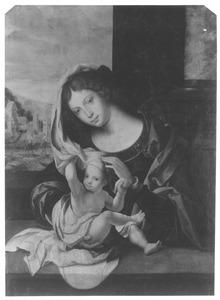 Maria met kind. Het kind speelt met de sluier. In de achtergrond de vlucht naar Egypte