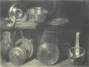 Potten en pannen op en naast een tafel