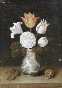 Bloemstilleven met een roos, lilie en tulpen in een porseleinen vaas en een slak
