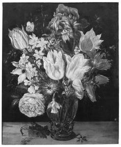 Tulpen, rozen en andere bloemen in een roemer