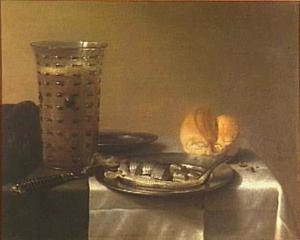 Stilleven met glas bier en bokking op bord