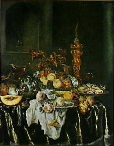 Stilleven met fruit, krab, rozen, akeleibeker, glas- en zilverwerk op donder tafelkleed met wit servet, op de achtergrond een nis met glazen