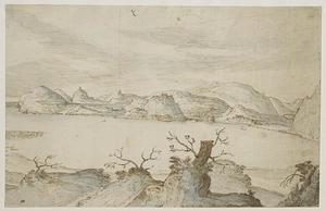 Zicht op een meer omgeven door heuvels