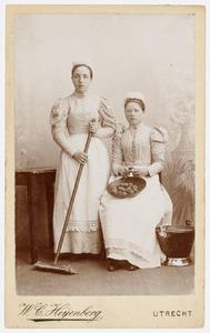 Portret van Martha Nauta (?-?) en van een vrouw, mogelijk Wijntje Nauta (?-?)