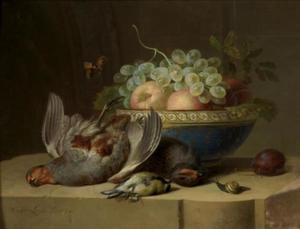 Stilleven met vruchten in een schaal, dood gevogelte en een slak