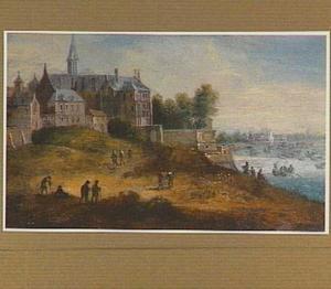Gezicht op een stad met rechts een rivier en enkele wandelaars op de voorgrond