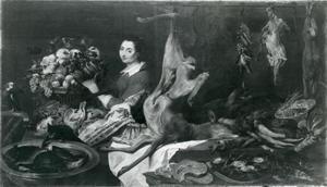 Een dienstmeid in de voorraadkamer die een rieten mand vasthoudt met fruit