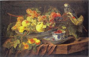 Vruchtenstilleven in porseleinen schaal met rechts een papegaai