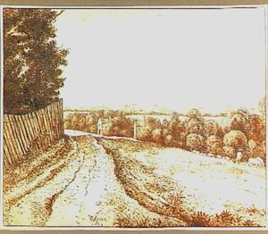 Landschap met weg, hek en in de verte een rivier