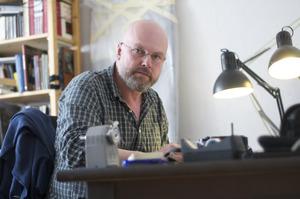 Portret van Marcel van Eeden in zijn atelier